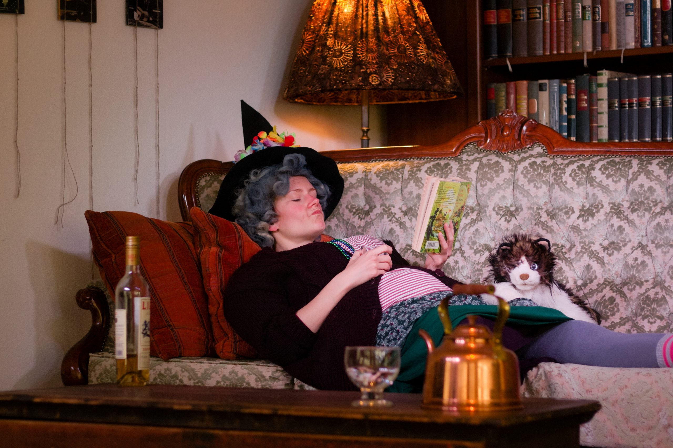 Nanny Ogg auf dem Sofa
